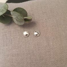 Boucles d'oreilles mini pastille perlée argent